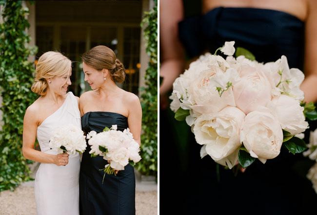 La novia con una de sus damas de honor vestidas de negro