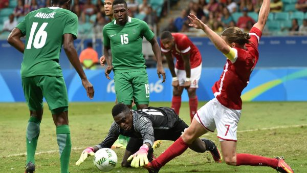 Lasse Vibe (R) of Denmark vies for the ball with goalkeeper Daniel Akpeyi (C) of Nigeria during the Rio 2016 Olympic Games men's quarter-final football match Nigeria vs Denmark, at the Arena Fonte Nova Stadium in Salvador, Brazil on August 13, 2016.  NELSON ALMEIDA / AFP
