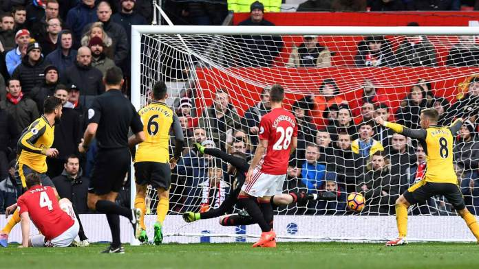 Arsenal's French striker Olivier Giroud (L) scores his team's first goal during the English Premier League football match between Manchester United and Arsenal at Old Trafford in Manchester, north west England, on November 19, 2016.  Paul ELLIS / AFP