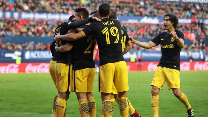Atletico Madrid's French forward Kevin Gameiro (2L) celebrates with teammates during the Spanish league football match CA Osasuna vs Club Atletico de Madrid at El Sadar stadium in Pamplona, on November 27, 2016.  CESAR MANSO / AFP
