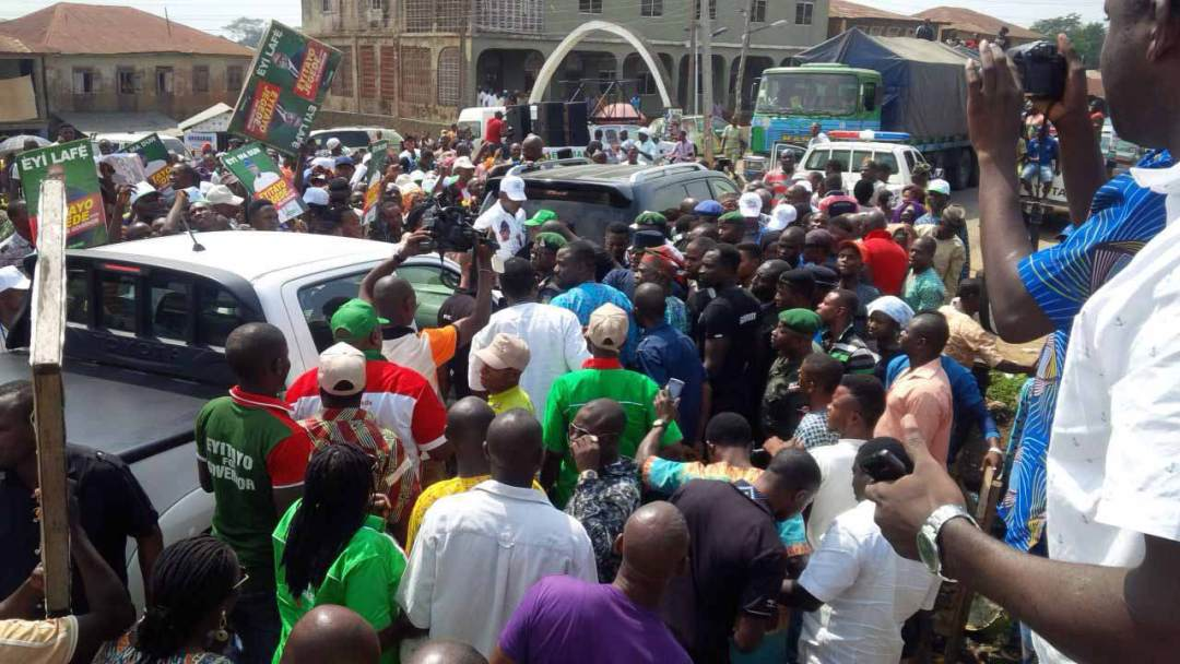 Eyitayo Jegede, (SAN), Ondo PDP Guber Hopeful, arriving at Isua Akoko, yesterday, to a rousing welcome.