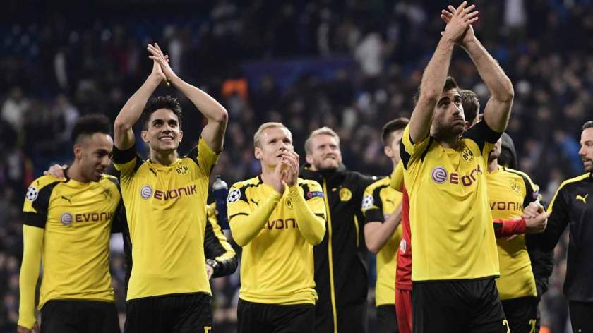 Dormund players applaud to acknowledge supporters at the end of the UEFA Champions League football match Real Madrid CF vs Borussia Dortmund at the Santiago Bernabeu stadium in Madrid on December 7, 2016.  JAVIER SORIANO / AFP