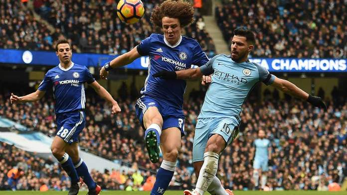Chelsea's Brazilian defender David Luiz (C) vies with Manchester City's Argentinian striker Sergio Aguero (R) during the English Premier League football match between Manchester City and Chelsea at the Etihad Stadium in Manchester, north west England, on December 3, 2016.  Paul ELLIS / AFP