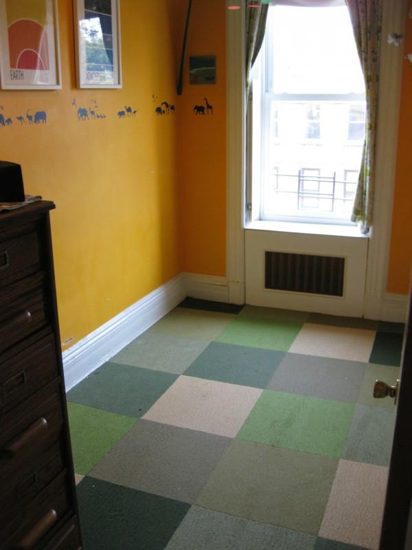 Das Kinderzimmer ist nicht mal 6 qm groß. Doch um seinem Kind trotzdem das Beste zu bieten, geht