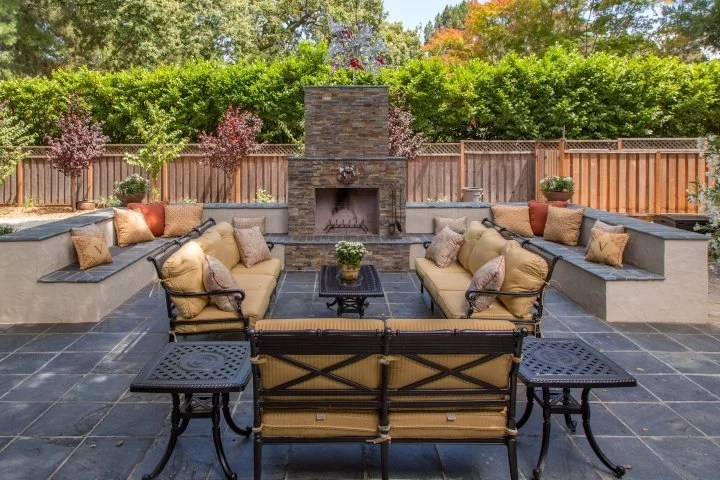 New trend for everyone who has a lot of space in the garden or on the terrace: outdoor fireplaces invite you to linger outdoors.