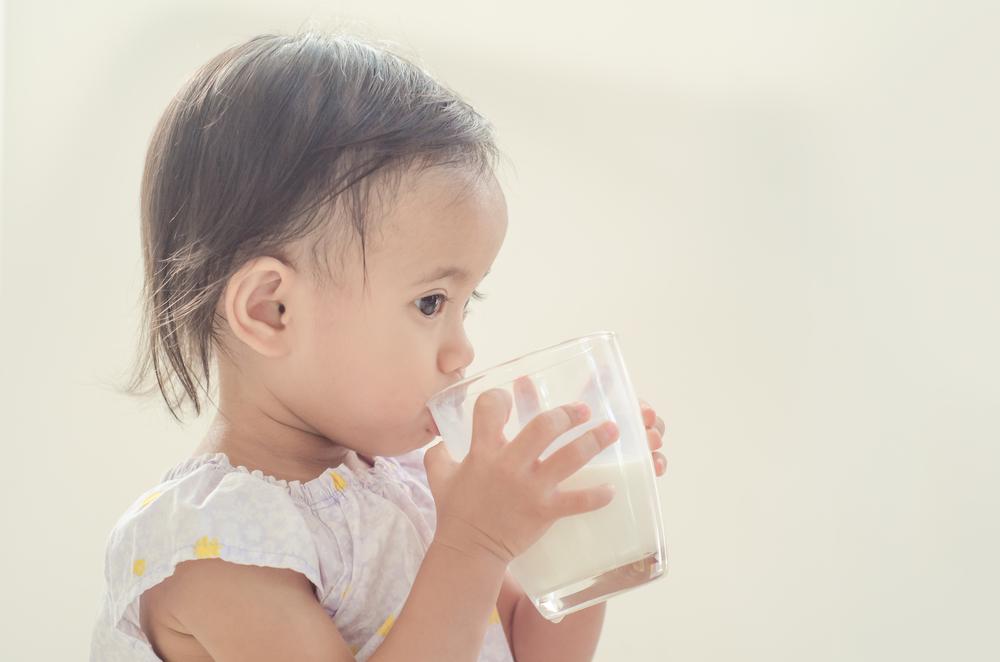 minum susu pakai gelas