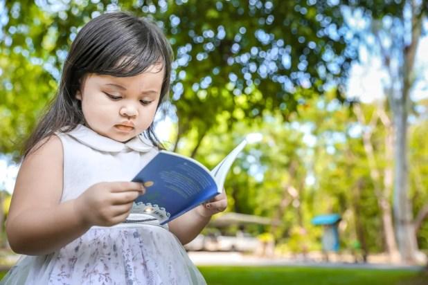 anak membaca buku cerita