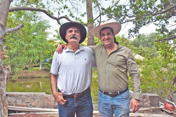 LISTO. José Mireles y el subsecretario de Segob Ricardo Peralta concretaron el acuerdo. Foto: Daniel Ojeda