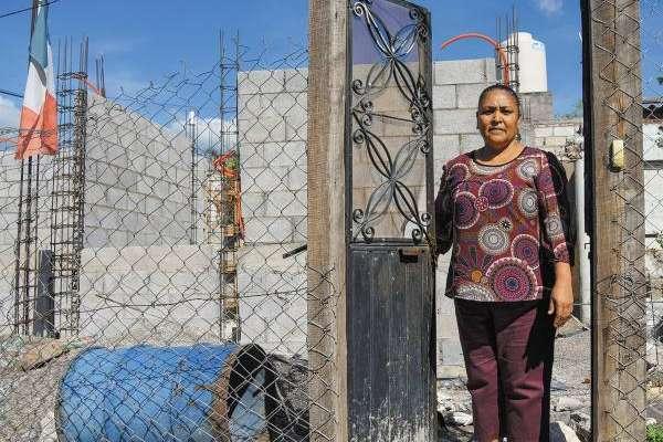 AÚN SIN HOGAR. Georgina Martinez, habitante de Jojutla, Morelos, aún no ha podido reconstruir su casa; el dinero que le dio el gobierno le fue robado. Foto: Daniel Ojeda.