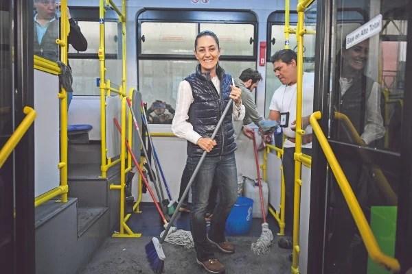 TEQUIO. Claudia Sheinbaum lavó ayer unidades de la RTP. Foto: Nayeli Cruz