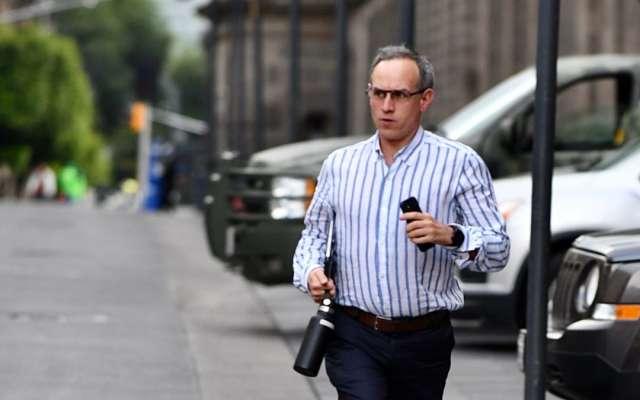 LLEGA A TIEMPO. Para cumplir con su compromiso, el doctor Hugo López-Gatell corrió 100 metros en escasos segundos e iniciar su conferencia de prensa a las 19:00 h. Foto: Guillermo O'Gam