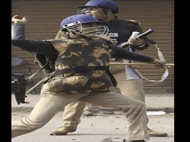 फैक्ट चेक- पुलिस वाले का पत्थर फेंकते हुए फोटो क्या ये दिल्ली दंगों की है, जानें सच्चाई
