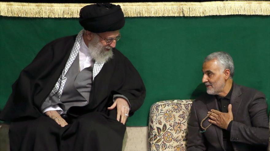 El Líder de la Revolución Islámica de Irán, el ayatolá Seyed Ali Jamenei, (izq.) junto al comandante de las Fuerzas de Quds de Irán, el general Qasem Soleimani.