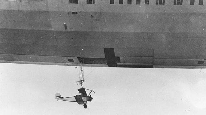 El USS Akron lanzó un avión de entrenamiento consolidado N2Y-1 durante las pruebas de vuelo cerca de la Estación Aérea Naval de Lakehurst, Nueva Jersey, en 1932. (Crédito: Historia Naval de la Marina de los EE. UU. Y Comando del Patrimonio)