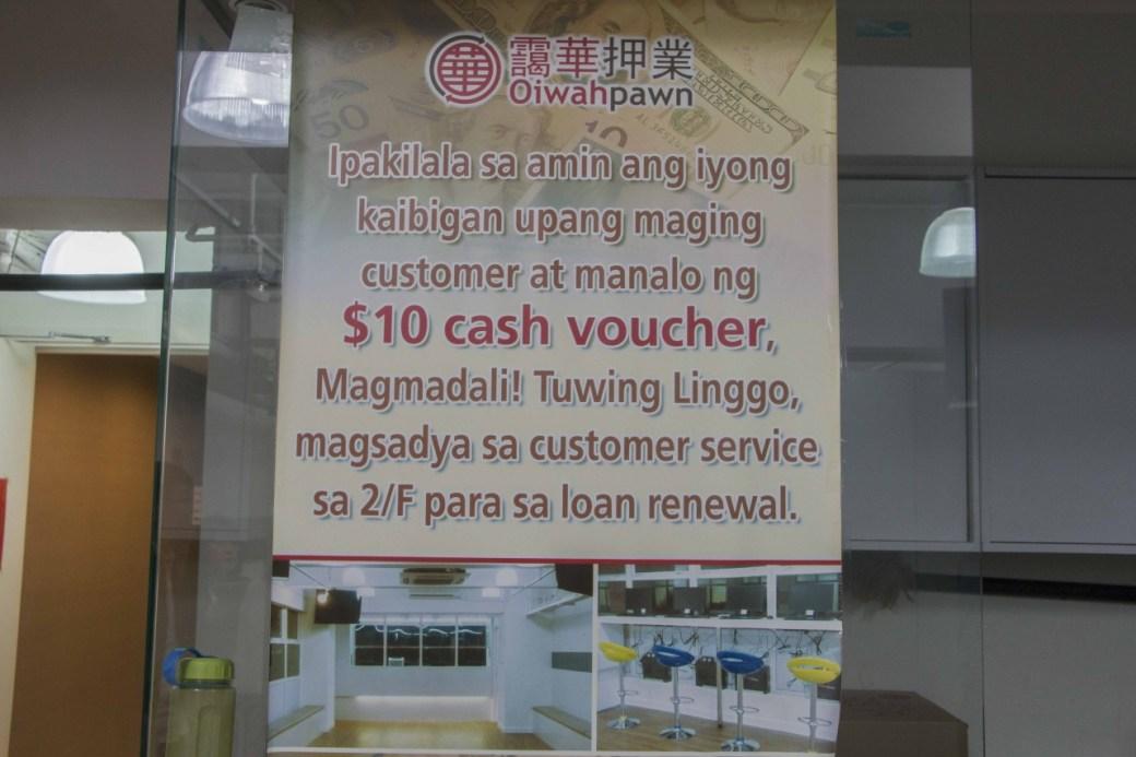 靄華押業旗下位於中環的德華大押,到處印有「菲律賓文」的告示,方便外傭了解當舖消息。(張浩維攝﹚