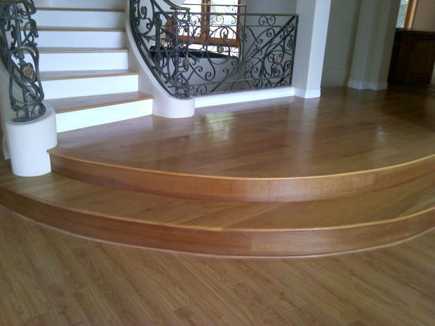 Ván sàn gỗ tự nhiên hoàn thiện bề mặt tại nhà máy