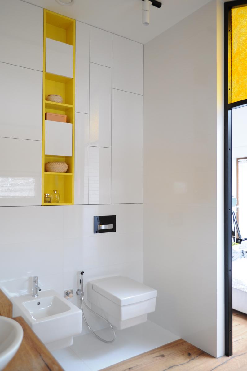 Colorful-apartment-in-Poland-en-suite-bathroom-storage