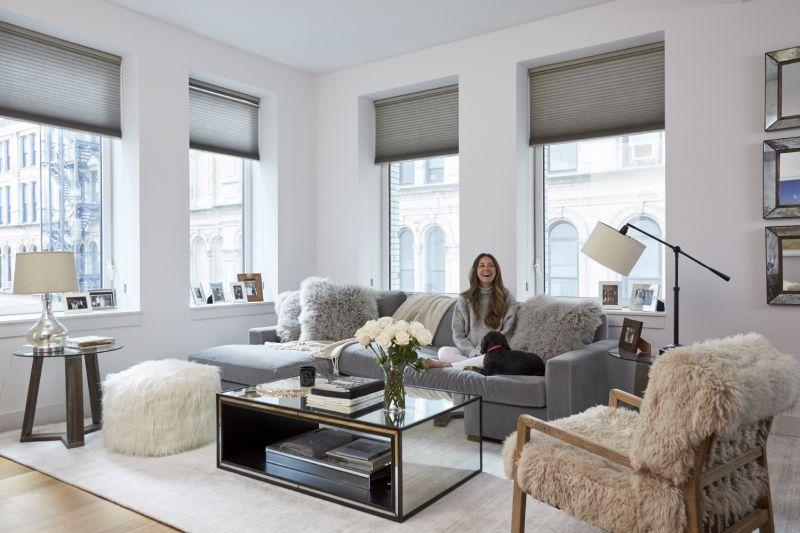 Phòng khách với bàn cà phê được soi gương và ô cửa sổ