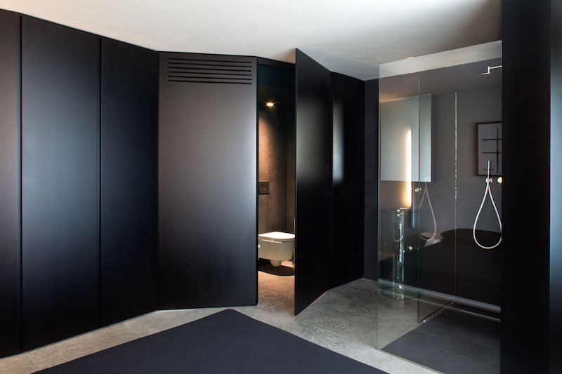 Renovated country house in Lucca bathroom black decor