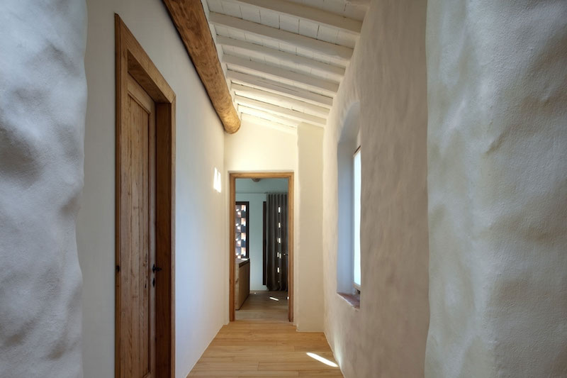 Renovated country house in Lucca walls and hallway