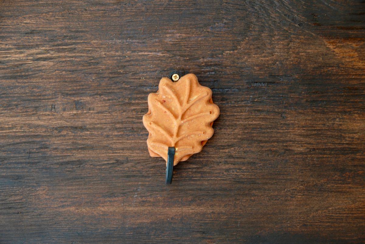 Leaf wall hook