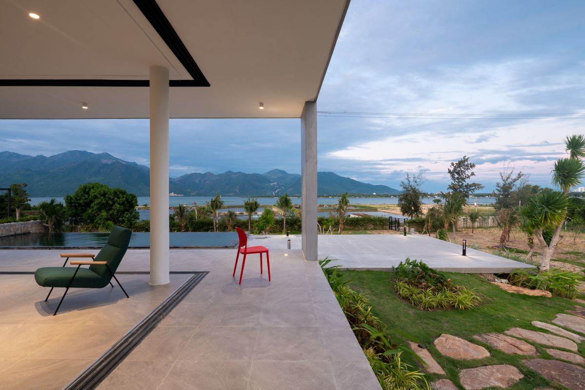 A large porch extends to the south-east and overlooks the amazing tropical landscape