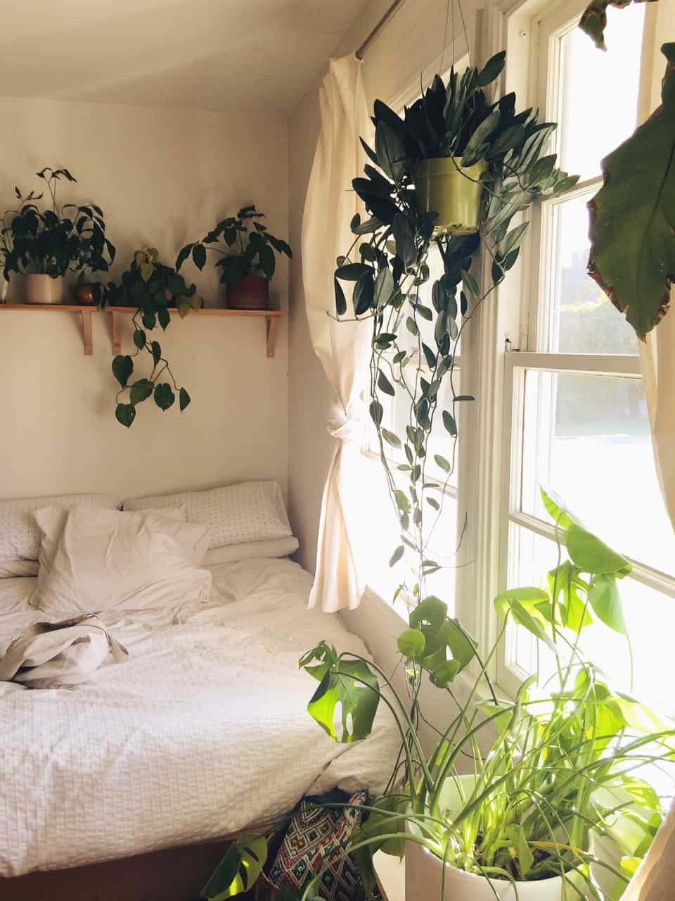 13 Tips and Tricks On How To Decorate A Small Bedroom ... on Room Ideas For Small Rooms  id=89232