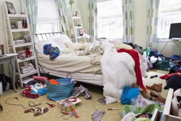 An un-clean girls bedroom