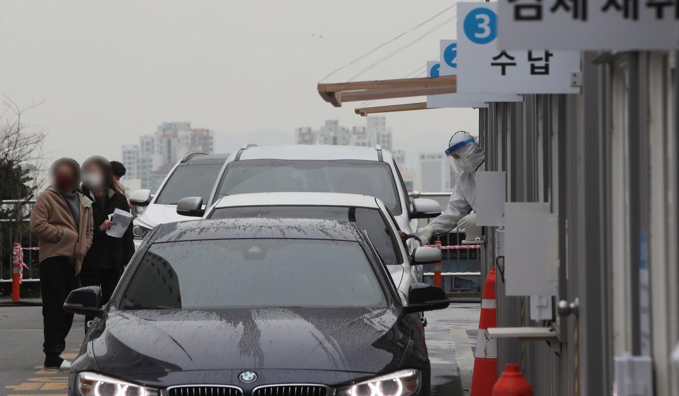 Des voitures attendent en ligne dans un centre de test Covid-19 au centre médical de l'Université de Yeungnam à Daegu, en Corée du Sud. Photo: EPA-EFE