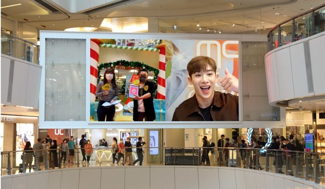 Shoppers at APM got a chance to play online games with Korean pop idol Wonho. Photo: SCMP