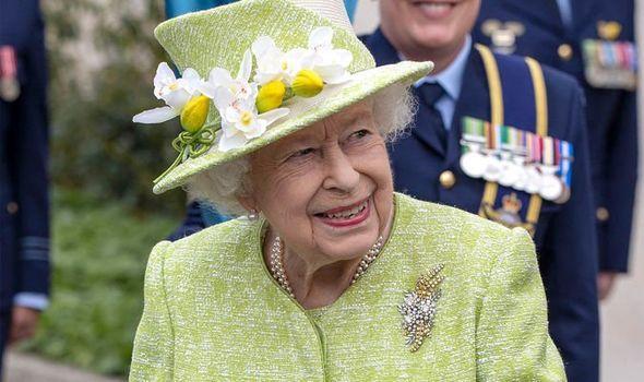 queen news queen elizabeth ii visit raaf memorial centenary royal family news