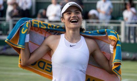 Emma Raducanu responds after Andy Murray message as young Brit loving Wimbledon 'holiday'