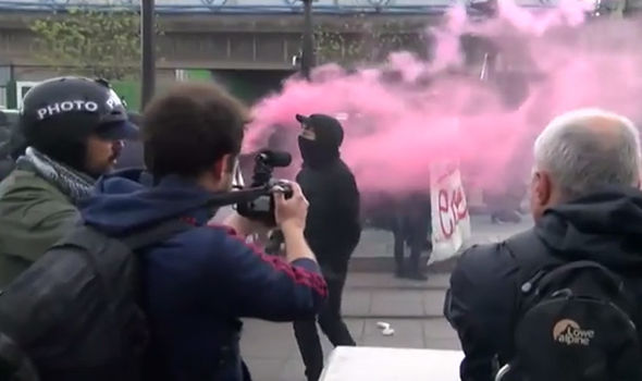 Aubervilliers: Streets filled with pink smoke