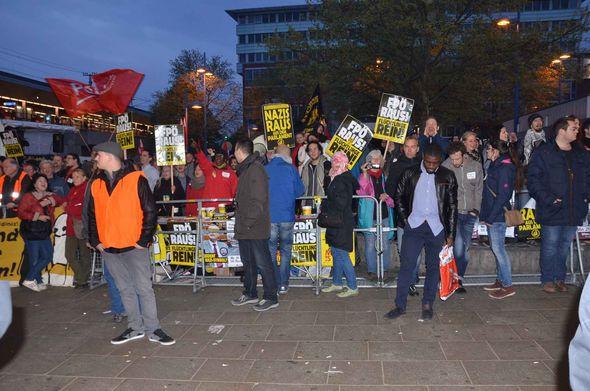 Pro- and anti-migrant protestors in Vienna