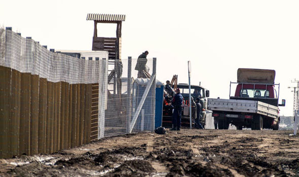 Hungarians build wall to keep out migrants