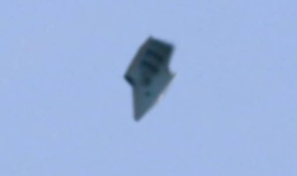 Clear picture of UFO shows craft flying close to military