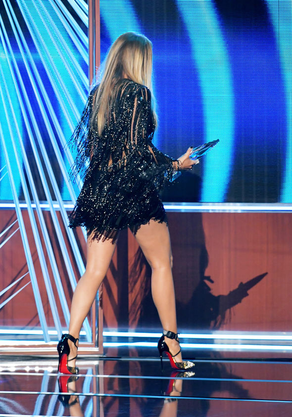 Blake Lively flaunted her legs on stage