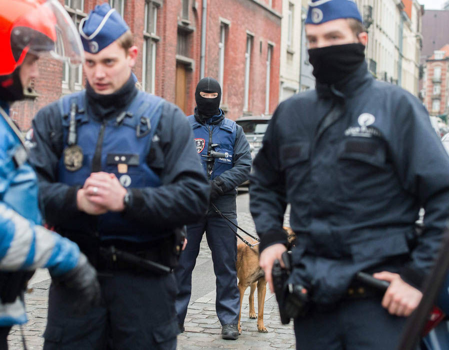 Police raid on terror suspects in Brussels suburb