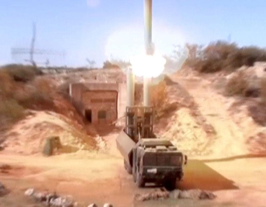 La imagen fija muestra los lanzadores rusos de misiles costeros del Bastión que lanzan misiles de Oniks en un lugar desconocido en Siria