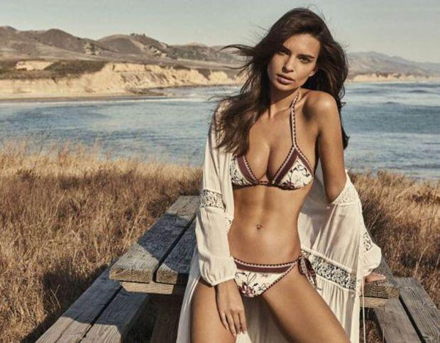 Emily Ratajowski shows off her incredible bikini body