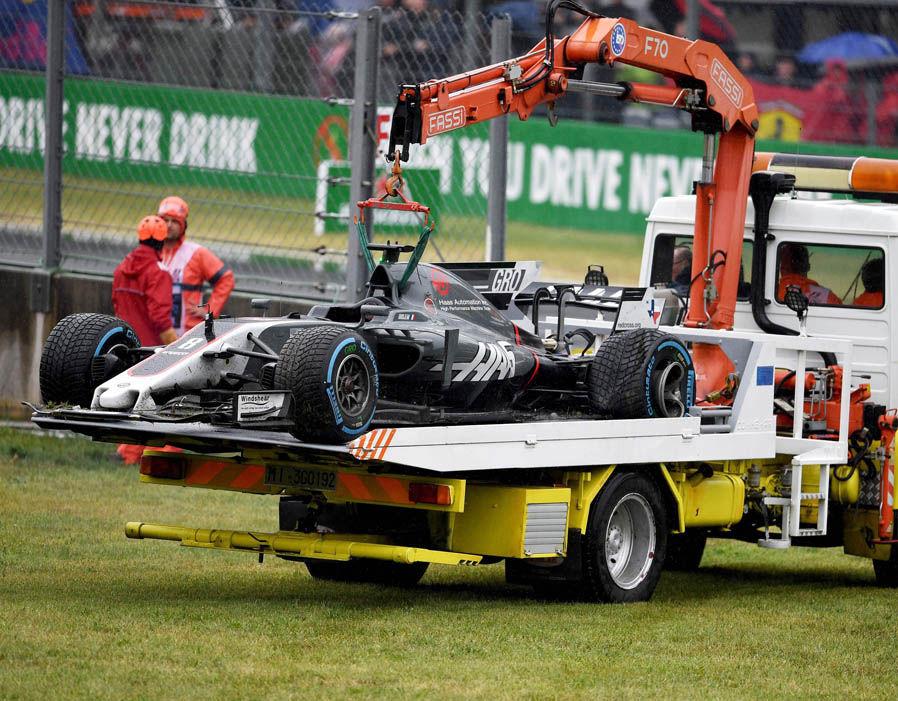 La Formula 1 HAAS di Romain Grosjean che viene portata fuori pista dai commissari di gara. Foto: AFP/Getty Images.