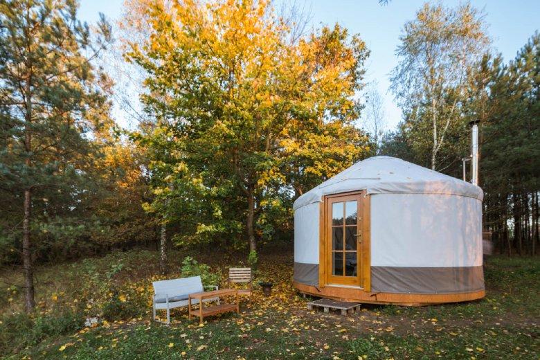 Юрти - незвичайна альтернатива будинку для відпочинку. Кожен розрахований на 2 особи і складається зі спальні та ванної кімнати.