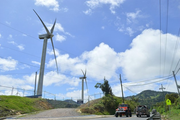 An increase in clean energies and a reduction in fossil fuel use are part of the commitments assumed by the countries of the Global South to cut greenhouse gas emissions. The photo shows a wind farm in the La Paz y Casamata mountains near the capital of Costa Rica. Credit: Diego Arguedas Ortiz/IPS