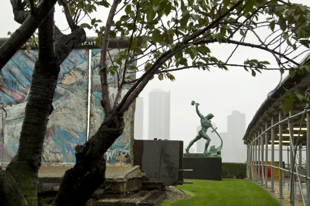 A Berlin Wall monument stands next to a Soviet sculpture at United Nations headquarters in New York. Credit: UN Photo/Rick Bajornas