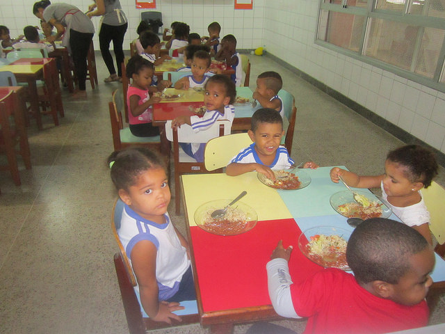 Students eat lunch in the Alberto Martinelli Municipal Preschool in the city of Vitoria. A good part of their food comes from local family farms, like in the rest of the public schools in Brazil. Credit: Mario Osava/IPS