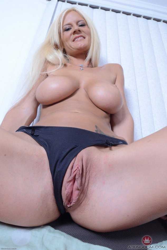 Hot Mature Blonde Stretches Her Huge Pussy Lips
