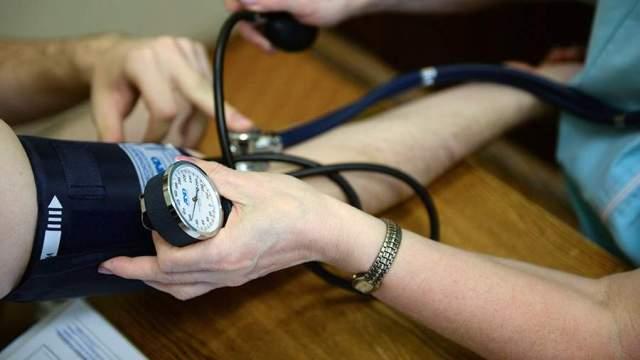 Измерение артериального давления в медицинском кабинете