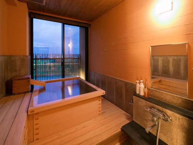 六峰館のバリアフリー対応の部屋「久住」のヒノキ客室温泉風呂