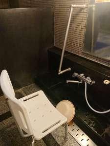 ヘルシーパル赤城の大浴場(洗い場のバリアフリー対応・シャワーチェアと手すり)