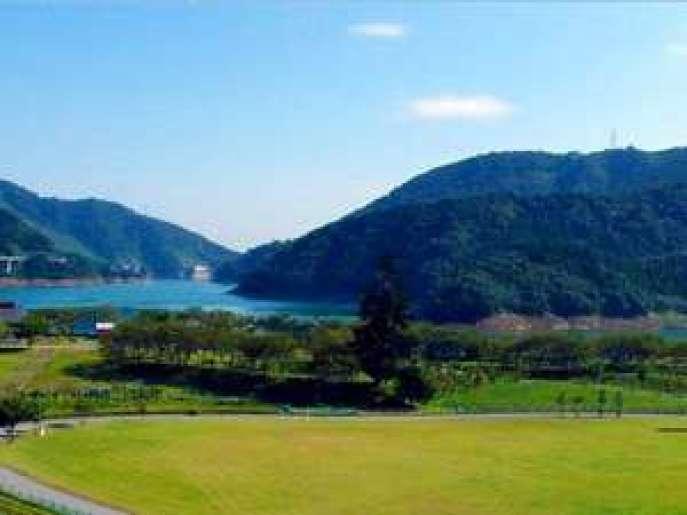 当館より宮ヶ瀬湖が目の前!
